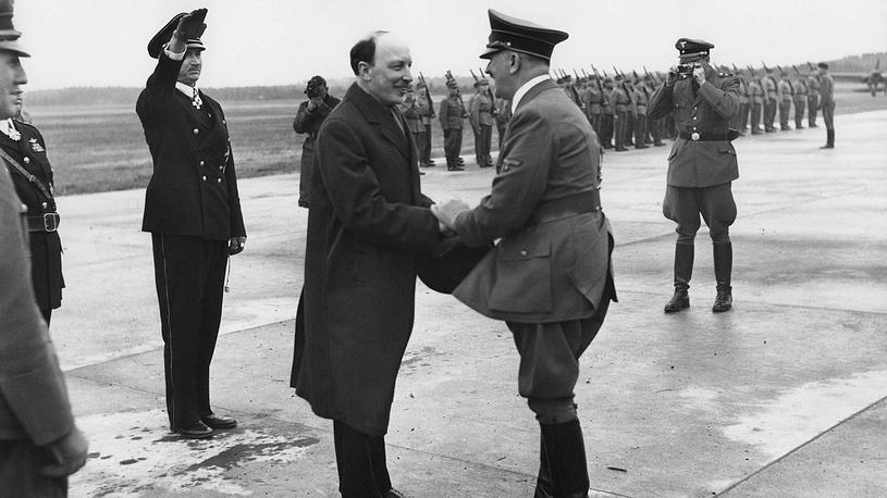 Президент Финляндии Ристо Рюти приветствует канцлера Германии Адольфа Гитлера на аэродроме, 4 июня 1992 года