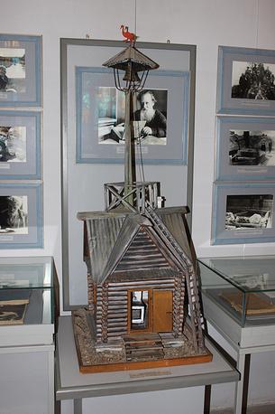 Макет караулки на Думной горе, где сторожем работал дед Слышко. Полевской краеведческий музей