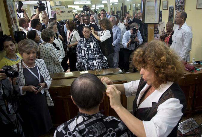 Генсек ООН Пан Ги Мун в ходе визита на Кубу постригся в одной из парикмахерских Гаваны, 27 января 2014 года