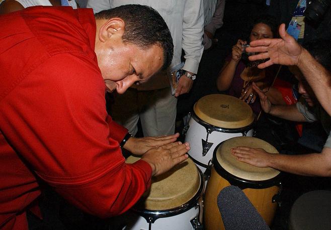 Президент Венесуэлы славился запоминающимися поступками во время официальных визитов. В 2005 году, выступая перед жителями Нью-Йорка, Уго Чавес сыграл на конгах в Бронксе