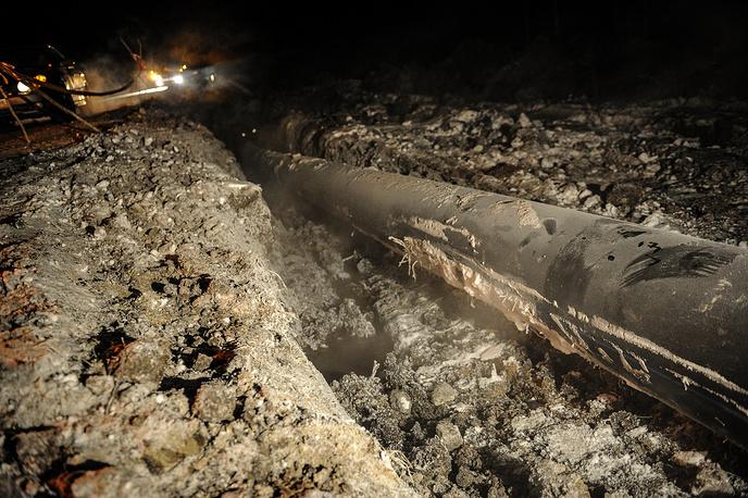 Работы по установке нового трубопровода проходят в круглосуточном режиме