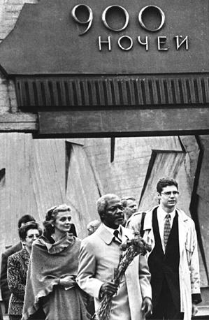 Генеральный секретарь ООН Кофи Аннан прибыл в город на Неве. На снимке:во время посещения Монумента героическим защитникам Ленинграда.17.05.1997 г.