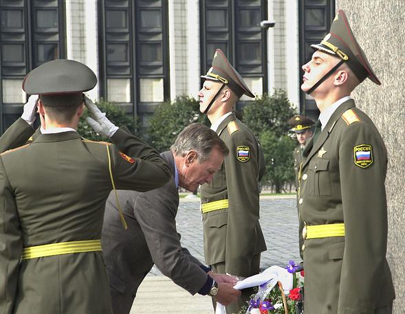 Джордж Буш-старший (на снимке в центре) возлагает цветы к Монументу героическим защитникам Ленинграда. Экс-президент США находится в России с частным визитом.12.09.2003 г.