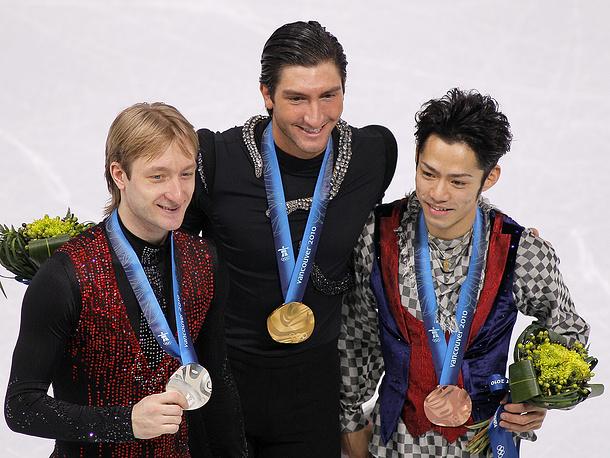 Российский фигурист Евгений Плющенко (серебро), американский фигурист Эван Лайсачек (золото) и японский фигурист Дайсуке Такахаси (бронза) (слева направо) во время церемонии награждения на XXI зимних Олимпийских играх. Ванкувер. 2010 г.