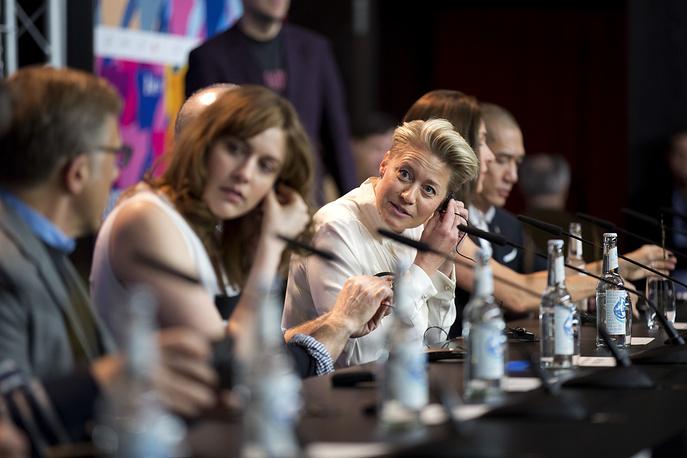 Жюри конкурса (слева направо): актер Кристоф Вальц, актриса Грета Гервиг, актриса Трине Дюрхольм, продюсер Барбара Брокколи и актер Тони Люн Чу Вай