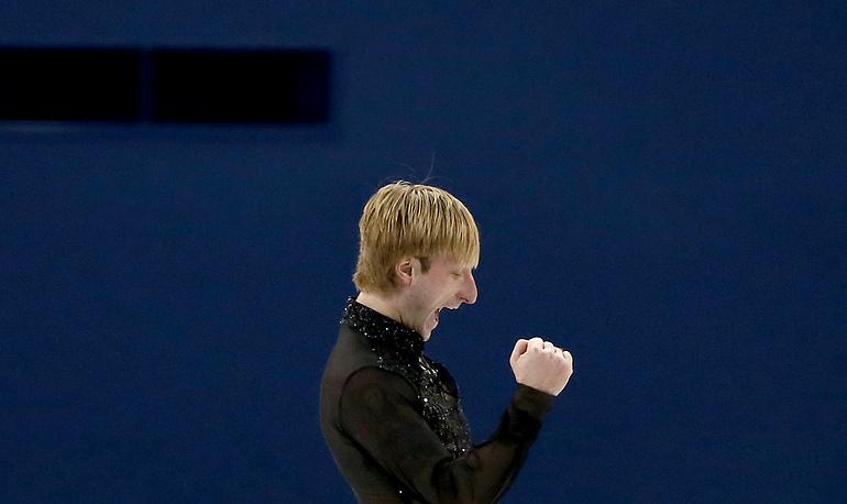 Евгений Плющенко после выступления с произвольной программой в командных соревнованиях по фигурному катанию