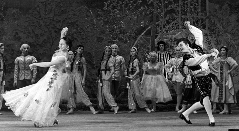 """Театр Советской армии. Спектакль «Учитель танцев"""". В роли Альдемаро актер Владимир Зельдин (справа), 1949 год"""