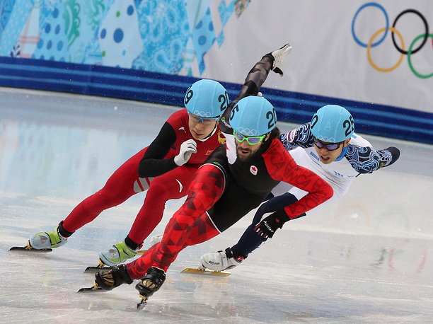 Канадский спортсмен Шарль Амлен (в центре), китайский спортсмен Тянью Хань (слева) и российский спортсмен Виктор Ан (справа) в финальном забеге на 1500 м