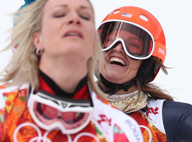 Американская спортсменка Джулия Манкусо, завоевавшая бронзу, и немецкая спортсменка Мария Хефль-Риш (справа налево), завоевавшая золото в суперкомбинации на соревнованиях по горнолыжному спорту