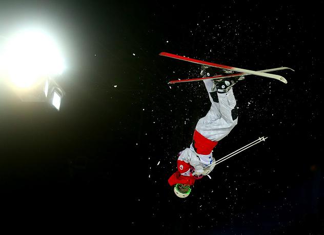 Канадец Микаэль Кингсбери в финале могула на соревнованиях по фристайлу