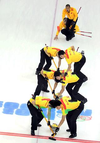 Игроки сборной Китая в матче кругового турнира с командой США