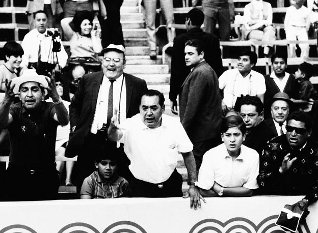 Мексиканские болельщики наблюдают за футбольным матчем на летних олимпийских играх в Мехико, 1968 г.