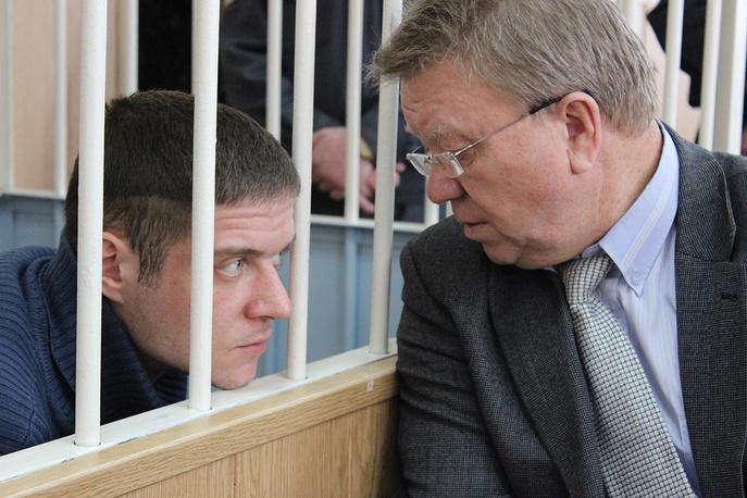 Степан Комаров, устроивший стельбу в храме, и его адвокат Юрий Хщенович в городском суде