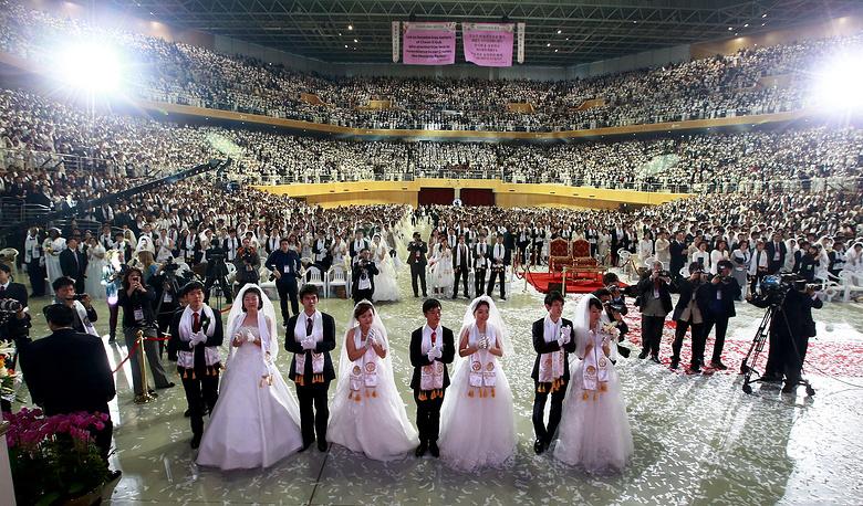 В массовой церемонии бракосочетания приняли участие 2500 пар, Капенг, Южная Корея, 2014 год