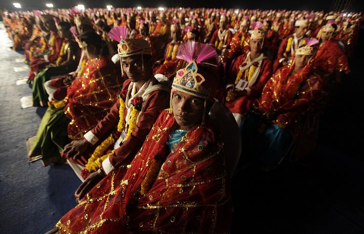 Индийские пары во время церемонии бракосочетания в Вираре, 2012 год