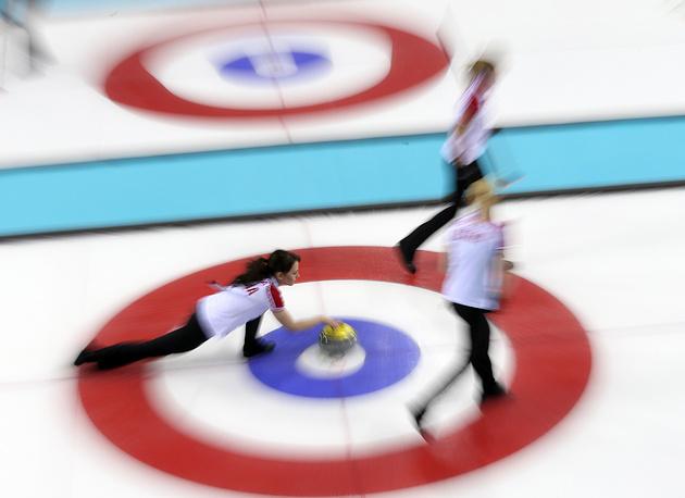 Керлингистки сборной России в матче со сборной Японии во время встречи второго тура олимпийского турнира