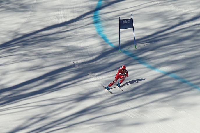 Швейцарская спортсменка Доминик Гизин на финише скоростного спуска на соревнованиях по горнолыжному спорту