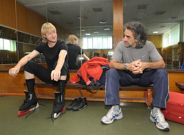 Фигурист Евгений Плющенко и хореограф Давыд Авдыш (слева направо) на тренировке в учебно-тренировочном центре «Новогорск», 2009 год