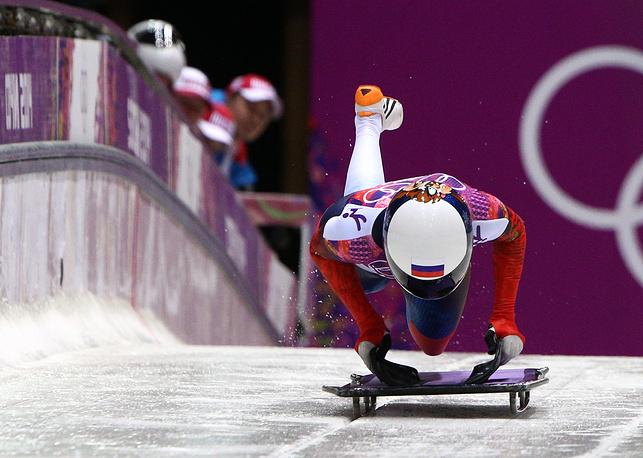 Российская спортсменка Ольга Потылицына на старте в третьем заезде на соревнованиях по скелетону