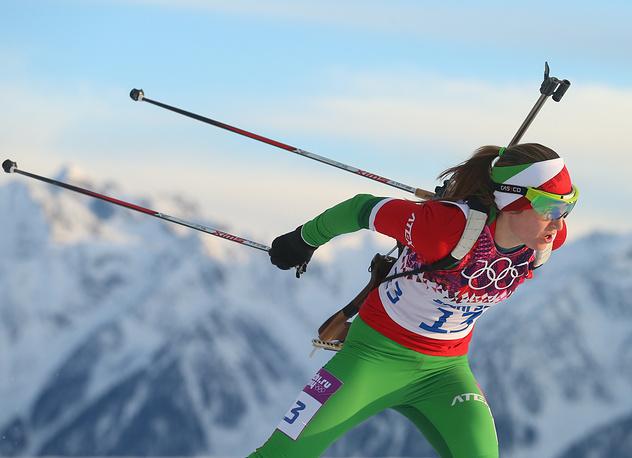 Белорусская спортсменка Дарья Домрачева (золото) во время индивидуальной гонки в соревнованиях по биатлону