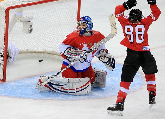 Вратарь сборной России Анна Пругова и игрок сборной Швейцарии Фиби Штанц (слева направо) в четвертьфинале по хоккею среди женщин: Швейцария - Россия - 2:0