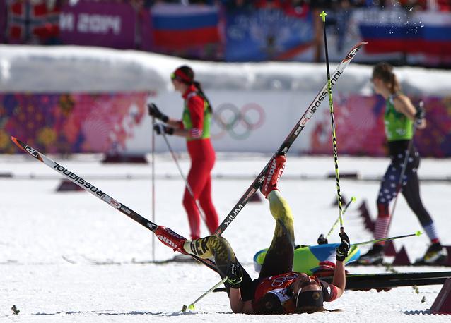 Финиш дистанции эстафеты в соревнованиях по лыжным гонкам