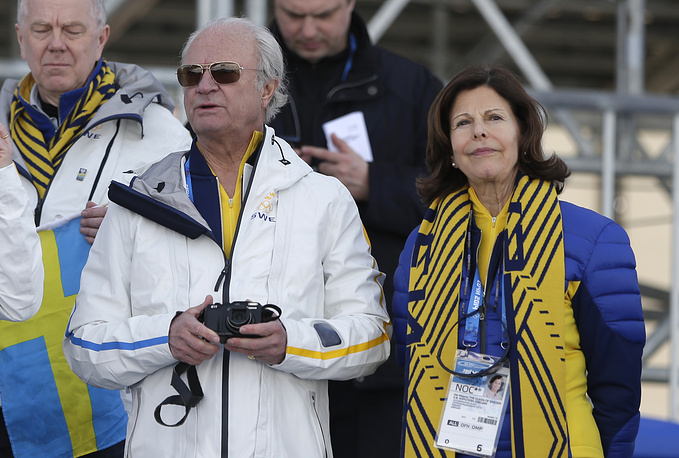 Шведский король Карл XVI Густав и королева Сильвия приехали поддержать спортсменов своей олимпийской сборной. Монаршие особы посетили мужскую лыжную гонку на 15 км и соревнования по конькобежному спорту