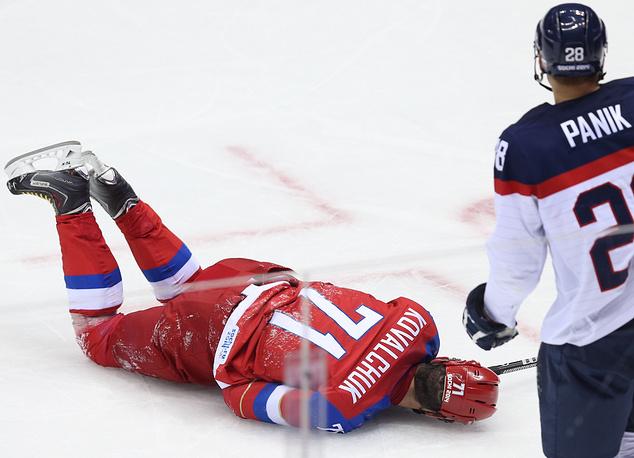 Нападающий сборной России Илья Ковальчук (слева), получивший травму в матче между сборными России и Словакии