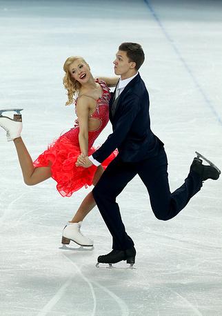 Российские фигуристы Екатерина Боброва и Дмитрий Соловьев во время выступления в короткой программе танцев на льду