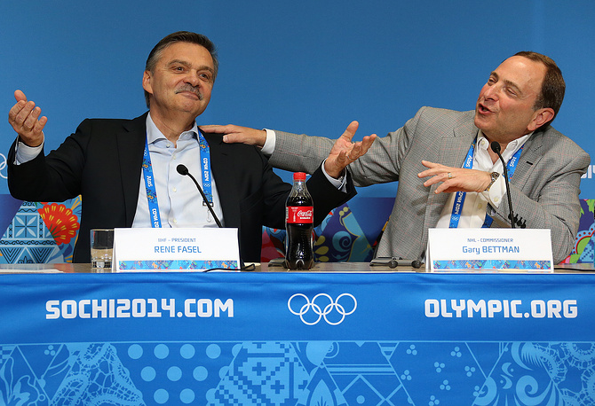 """Президент Международной федерации хоккея (ИИФХ) Рене Фазель и комиссар НХЛ Гэри Бэттмен (слева направо) во время пресс-конференции в пресс-центре ледового дворца """"Большой"""""""