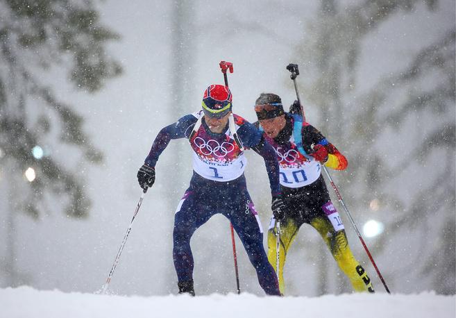 Норвежский спортсмен Эмиль Хегле Свендсен и немецкий спортсмен Симон Шемпп (слева направо) на дистанции гонки масс-старта