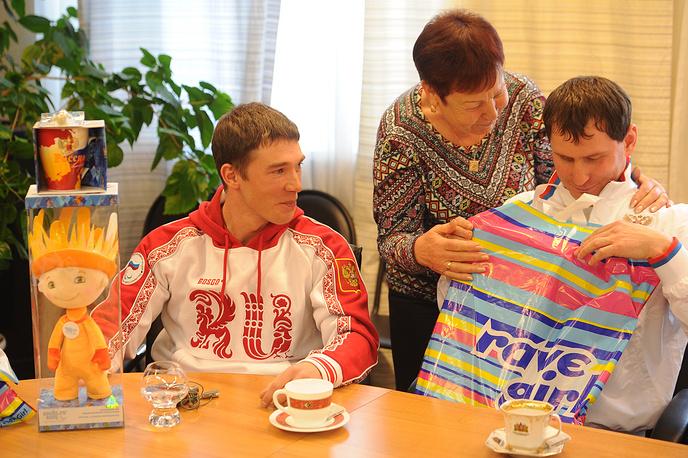 Свердловчане вручили памятные сувениры участникам Паралимпийских игр в Сочи