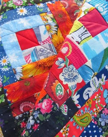 Среди кусочков ткани, из которой выполнено одеяло, есть отрезок с изображением олимпийских колец Игр-80