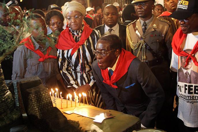 С тех пор он бессменный президент Республики Зимбабве. На фото: Роберт Мугабе во время празднования дня рождения в 2011 году