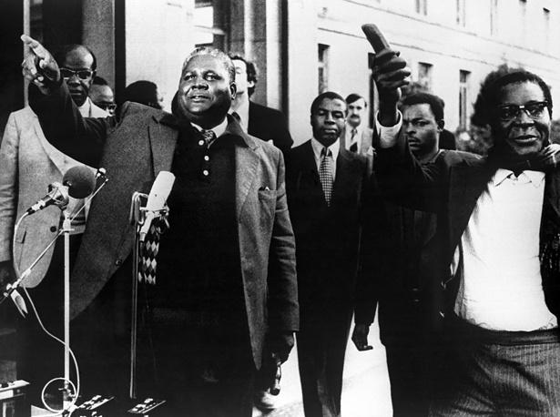Когда Мугабе занял пост премьер-министра в 1980 году, он предложил своему союзнику по борьбе лидеру партии ЗАПУ Джошуа Нкомо на выбор любую должность в правительстве, и Нкомо занял пост министра внутренних дел. На фото: Джошуа Нкомо (слева) и Роберт Мугабе, 1976 год
