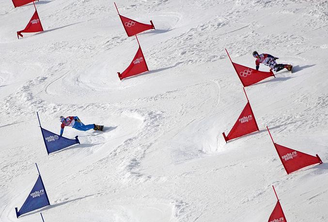 Спортсмены Бенджамин Карл (Австрия) и Вик Вайлд (Россия) (слева направо) на соревнованиях по сноуборду в параллельном слаломе