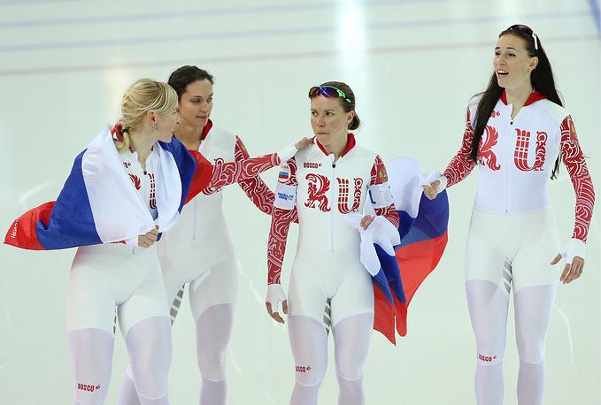 Российские спортсменки Юлия Скокова, Екатерина Шихова, Ольга Граф, Екатерина Лобышева (слева направо), завоевавшие бронзовые медали в командной гонке преследования на соревнованиях по конькобежному спорту
