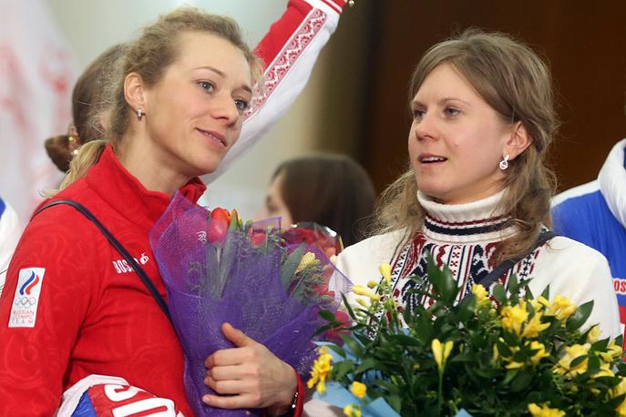 Серебряные призеры Олимпийских игр в биатлоне Ольга Зайцева и Яна Романова (слева направо)