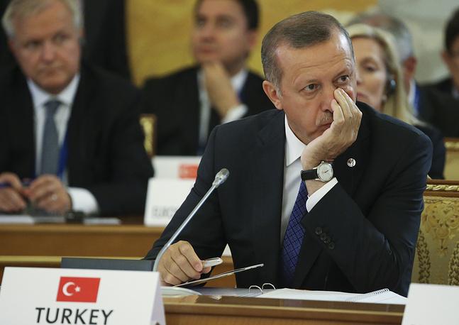 В 1996 году Партия благоденствия участвовала в правящей исламской коалиции, но после военного переворота 1997 года была запрещена, а сам Эрдоган за пропаганду взглядов, разжигающих национальную рознь, был осуждён на 4 месяца тюремного заключения