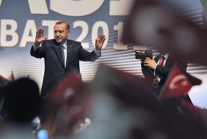 """Свою карьеру Эрдоган начал с вступления в молодежное движение """"Национальный путь"""". В 1984 году он стал председателем отделения Партии благоденствия в Бейоглу, через год - председателем стамбульского отделения партии, а в 1994 году был избран мэром Стамбула"""