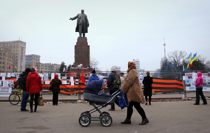 Жители города на площади Свободы