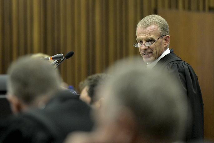 Прокурор Джерри Нел заявил, что, помимо умышленного убийства Стинкамп, Писториус также обвиняется в том, что без всяких на то причин выстрелил под столом ресторана в Йоханнесбурге, а также разрядил пистолет в воздух через люк автомобиля своего приятеля. Кроме того, у него дома были обнаружены патроны, на которые нет лицензии