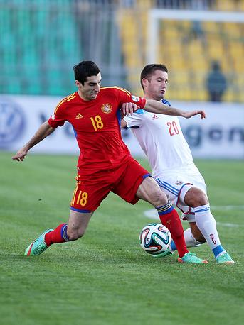 Игроки сборных Армении Генрих Мхитарян и России Олег Шатов (слева направо)