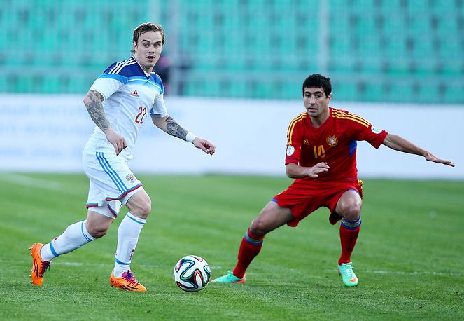Игроки сборных России Алексей Ионов и Армении Геворг Казарян (слева направо)