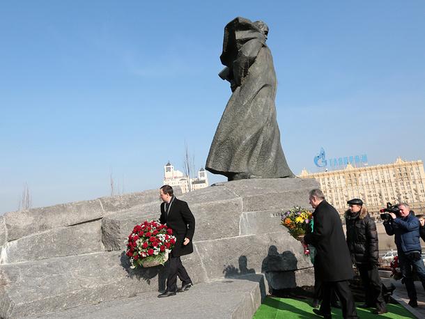 Министр культуры РФ Владимир Мединский (слева) во время открытия восстановленного памятника Тарасу Шевченко