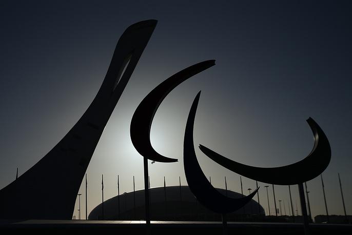 Вид на чашу Олимпийского огня и эмблему XI зимних Паралимпийских игр в Олимпийском парке