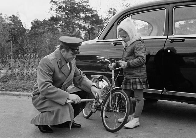 Юрий Гагарин с дочерью Леной на прогулке, 1965 год