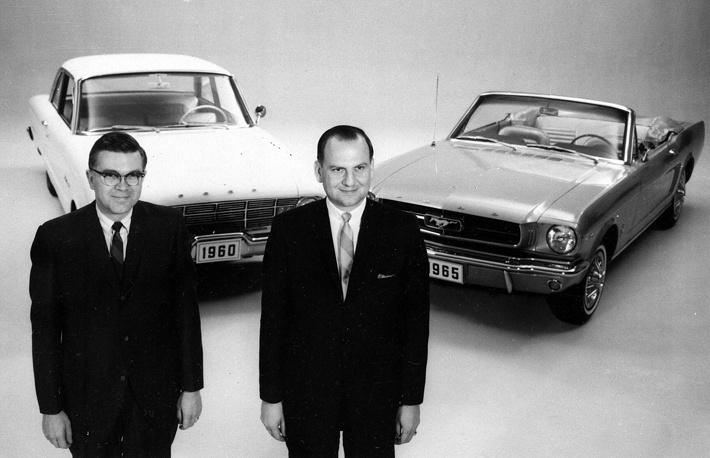 Изначальный вариант был создан на базе агрегатов семейного седана Ford Falcon (создатель Ли Якокка и его команда). На фото: президент компании Ford Ли Якокка (справа) и вице-президент Дональд Фрай (слева) на фоне автомобилей 1960 Falcon и 1965 Mustang