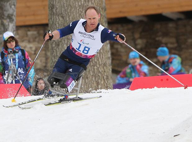 """Американец Даниэль Кноссен во время соревнований по лыжным гонкам на дистанции 15 км в категории """"сидя"""""""