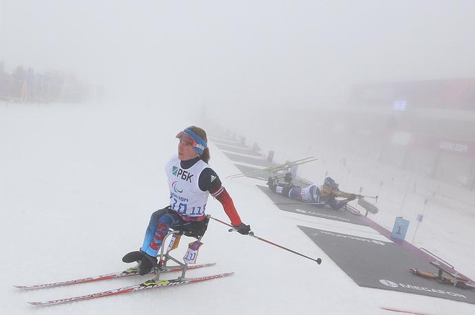 """После финиша серебряная медалистка Паралимпиады отметила, что завоевать золотую медаль ей помешало психологическое напряжение. """"Психологическое напряжение помешало на огневых рубежах, да еще и туман, тяжело было целиться"""", - сообщила Коновалова"""